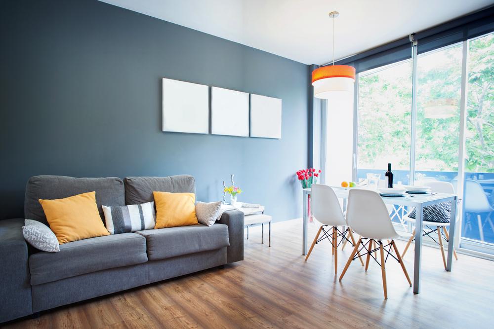 en stue med møbler